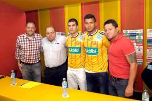 Los dos nuevos refuerzos del team posan con sus jefes David Patey, Orlando Moreira y Jafet Soto. (Fotos: Mauricio Aguilar)