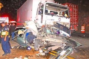 El vehículo en el que viajaban mamá e hijo quedó destrozado tras chocar contra el camión