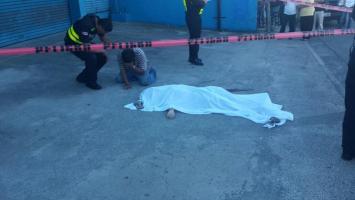 El cuerpo de la mujer quedó tendido en la acera