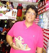 Las zapatillas con tacón pequeño no maltratan la columna, sugirió Jorge Mata, de Zapatería El Cometa