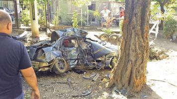 El carro resultó completamente destruido al colisionar contra el árbol