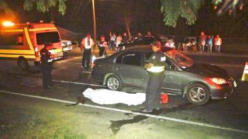 Un oficial de la Fuerza Pública custodió el cuerpo y el carro que levantó a Téllez