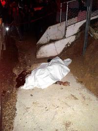 Tras el bombazo el joven quedó tirado a un lado de la carretera