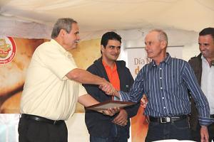 El MAG le otorgó un reconocimiento a este productor  quien  tiene 60 años de trabajar el campo