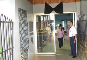 Funcionarios del Hospital de Upala colocaron un lazo negro en la entrada principal