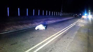 El joven salió disparado de la moto y quedó en media calle