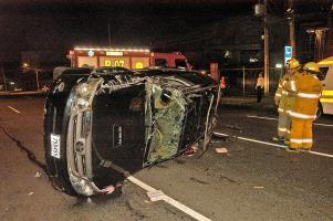 El auto se volcó tras chocar contra el tren en San Pedro