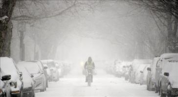 Después de conocerse la orden, en la ciudad de Nueva York comenzaban a circular esporádicamente vehículos privados, mientras en las calles se veía una capa de nieve de unos seis centímetros y caía int