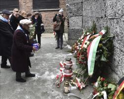 Exprisioneros depositan flores ante el llamado