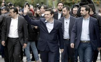 El nuevo primer ministro griego, Alexis Tsipras (c), a su llegada el palacio presidencial en Atenas, Grecia