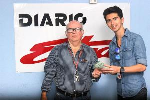 Cristian Barquero, colaborador de DIARIO EXTRA, le hizo entrega de los ¢50 mil a don Sergio Esquivel. (Foto: David Barrantes)