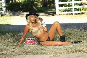 Una mujer excepcional es Alexa Castro, rubia despampanante a quien le fascinan los caballos