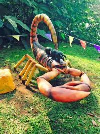 Este enorme escorpión es parte de las atracciones para grandes y chicos.
