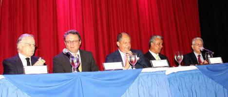 El expresidente Miguel Ángel Rodríguez, el mandatario Luis Guillermo Solís, Alejandro Solórzano, de Acop; Víctor Morales, de Trabajo; y Olivier Castro, jerarca del BCCR