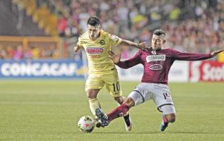 Ariel Rodríguez barre a Osvaldo Martínez, el delantero morado también tuvo la pólvora mojada