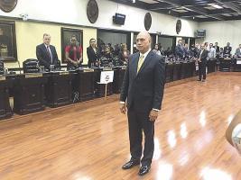 Juan Manuel Cordero fue juramentado ayer por Henry Mora, presidente de la Asamblea Legislativa