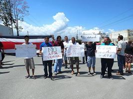 Con pancartas un grupo de afiliados a Sintrajap expuso su oposición a la TCM
