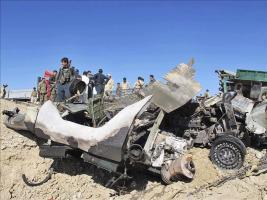 Miembros de los servicios de seguridad inspeccionan el lugar en el que se produjo un ataque suicida en Lashkar Gah (Afganistán)