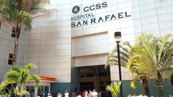 Emergencias del Hospital San Rafael de Alajuela no da abasto, por eso se ven pacientes en sillas de ruedas y de pie esperando una cirugía para corregirles problemas ortopédicos