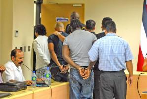 Trasladaron a los acusados a celdas judiciales mientras esperan que el lunes se defina su situación