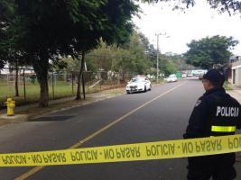 El ahora fallecido y el herido fueron localizados dentro de un carro blanco que se hallaba parqueado en el lugar