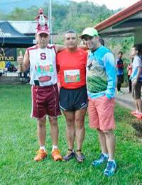 Manuel Castro (centro) minutos antes de iniciar la competencia