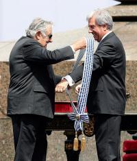 Pepe Mujica entregó banda a Tabaré Vázquez