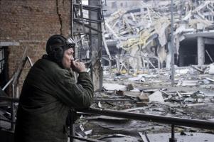 Un rebelde prorruso fuma un cigarrillo entre los escombros del aeropuerto internacional de Donetsk, en Ucrania