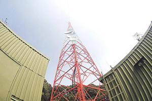 En el volcán Irazú se encuentran las antenas de radio y televisión que permiten llevar la señal a la mayor parte de la población costarricense