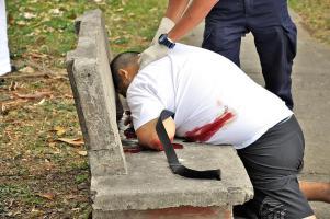 Dabrowsky cayó de rodillas con el bolso después de ser herido