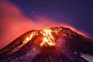Erupción del volcán Villarrica, hoy a unos 750 kilómetros al sur de Santiago de Chile