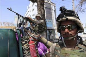 Soldados afganos protegen un puesto de control en Kabul