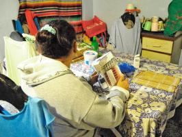 Anielka Flores, hermana de Francisco Flores, con el paquete de pastillas que debe tomarse para estar bien de salud