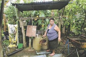 Doña Esmelda le da gracias a Dios cada vez que llueve porque recoge agua y no tiene que usar el pozo. (Fotos: David Barrantes)