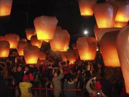 Una multitud suelta linternas de papel durante la celebración del Festival Pingxi Sky de Linternas en Taipei (Taiwán)