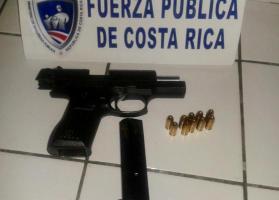 Dos hermanos de 13 y 14 años de edad fueron sorprendidos por la policía portando un arma de fuego calibre 9 milímetros