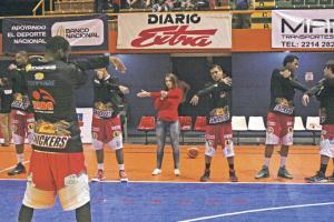 La fisioterapeuta y preparadora física, Mónica Quesada dirige en todos los juegos el calentamiento del quinteto de Coopenae Arba San Ramón. (Foto: Carlos Barquero)