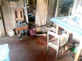 El cadáver estaba tendido en la sala de la casa