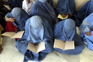 Mujeres vestidas con burka aprenden a leer en Afganistán