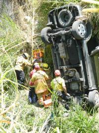 El herido fue traslado al Calderón Guardia tras ser rescatado del carro en el cual permanecía prensado