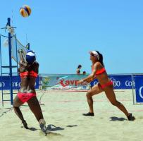 Karen Cope y Natalia Alfaro buscarán hoy dejarse la última fecha del Campeonato de Voleibol Playa y ser campeonas invictas. (Foto: AVPCR)
