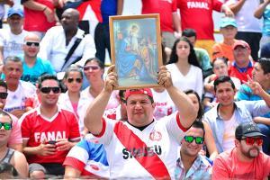La afición local llevó hasta un cuadro de la Sagrada Familia al estadio Teodoro Picado