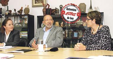 Iary Gómez, gerente general de Grupo Extra y Paola Hernández, directora de DIARIO EXTRA, recibieron a Édgar Ayales, exministro de Hacienda para conocer su percepción sobre el llamado paquete fiscal