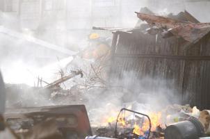 El humo tóxico dificultó la labor de los bomberos quienes debieron utilizar tanques de oxígeno