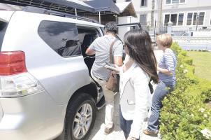 Henry Mora se escabulló de la entrevista pactada con la periodista de DIARIO EXTRA Jacqueline Solano, en su lugar huyó en su vehículo legislativo acompañado por un reportero de La Nación