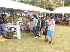 En la plaza se coloraron los stands de artesanas y muchos se acercaron para comprar sus productos