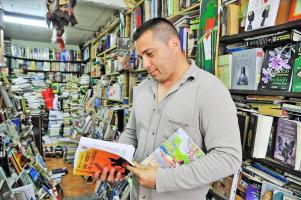 """Rodeado de 11 mil libros, Johnny Cisneros dijo que la mayor demanda de los compradores es por """"Cocorí"""""""