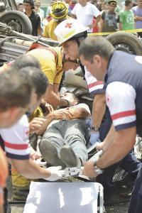 Rescatistas sacaron al chofer del microbús, quien permaneció prensado 15 minutos