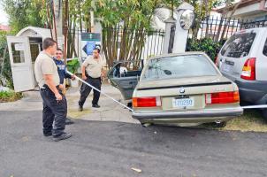 El OIJ custodió el vehículo que dejaron botado los sospechosos tras la persecución