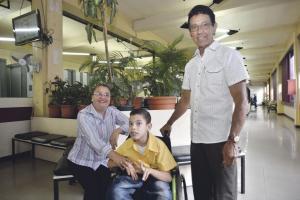 Fabián Quesada junto con sus papás Ana Ligia y Luis Gerardo